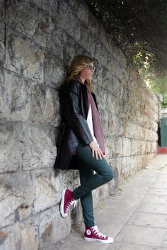 Jenny Balatsinou / streetstyle Maroon Converse Outfit, Chucks Outfit, Tennis Shoes Outfit, Converse Style, Outfits With Converse, Converse Chuck, Casual Winter Outfits, Outfit Winter, All Star