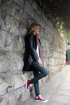 Jenny Balatsinou / streetstyle Maroon Converse Outfit, Chucks Outfit, Tennis Shoes Outfit, Converse Style, Outfits With Converse, Converse Chuck, Casual Winter Outfits, Outfit Winter, Style