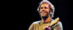 http://mundodemusicas.com/jack-johnson/ - Neste artigo, apresentamos a história do cantor havaiano Jack Johnson e de como se virou para as energias renováveis para gravar a sua música.