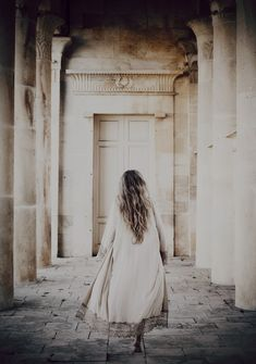 Irena running through the palace colonnades [Envers du Decor] Bohemian Style, Boho Chic, Love Warriors, Bohol, Brown Dress, Moon Child, Love Photography, Dimples, Decoration
