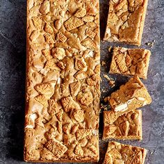 Try our custard cream blondies recipe. These blondies are white chocolate brownies with classic custard cream biscuits. Easy to make blonde brownies recipe Tray Bake Recipes, Brownie Recipes, Baking Recipes, Baking Ideas, Blonde Brownies, Chocolate Brownies, Steak Salat, Tray Bakes, No Bake Cake