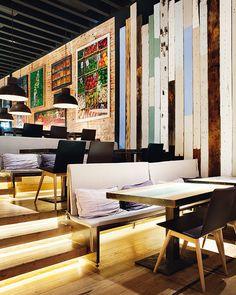 Lobby Market: gran lonja Suelos, paredes y mesas con maderas en tonos pastel, ladrillo, librerías de hierro, plantas naturales e imágenes de mercados de todo el mundo.  El Grupo Lobby / Arq Julio Touza