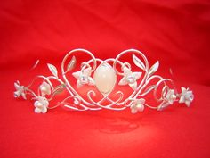 Tiara-combine elements of princess Diana's wedding tiara and elements of Narnia and the Lord of the Rings. In her design she used flowers like those in Lusy's coronation crown from Narnia and the swirls typical for the Lord of the Rings designs.
