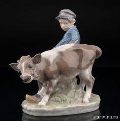 Фарфоровая статуэтка Мальчик с бычком. (артикул 10573). Изг: фабрика Royal Copenhagen, Дания, 1969-74 гг. Подпись - Christian Thompson. Состояние отличное. Размер (приблизительно) В: 17 см. Д: 17 см.