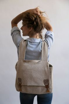 big laptop backpack rucksack in beige white cream upholstery fabric with brown crocheted buckles Best Laptop Backpack, Diy Backpack, Laptop Rucksack, Black Backpack, Laptop Bags, Homemade Backpack, Beige Backpacks, Canvas Backpacks, Monster Backpack