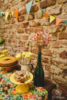 As bandeirinhas de festa junina não podem faltar assim como as comidas do coração: milho cozido, paçoca, bolo de fubá, doce de leite e pé de moleque. Festa junina: decoração e tradição: