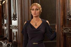 un vestido elegante que resalta la silueta de Halle Berry,  con drapeados y sinturon
