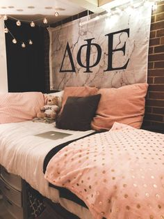 86 Awesome Dorm Room College Decor Ideas And Design ~ aacmm College Room Decor, College Dorm Rooms, Dorms Decor, College Girls, Twin Xl, Dorm Room Necessities, Room Essentials, Life Hacks, Cute Dorm Rooms