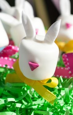 Easter Bunny Marshmallow Pops Tutorial and How-To on http://frogprincepaperie.com