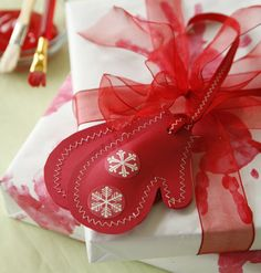Gift wrap DIY gift wrap from the Sweetest Occasion it's a wrap.love 16 free tutorials for diy gifts you can make for the crafters on your . All Things Christmas, Christmas Holidays, Christmas Decorations, Christmas Ornaments, Creative Gift Wrapping, Creative Gifts, Wrapping Ideas, Wrapping Gifts, Craft Gifts