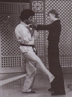 Bowie and Dwain Vaughns demonstrating self defence on Dinah Shore show, February 1976 David Bowie Born, Mick Ronson, Burt Reynolds, The Golden Years, Star Girl, Twiggy, David Jones, Music Bands, Music Music