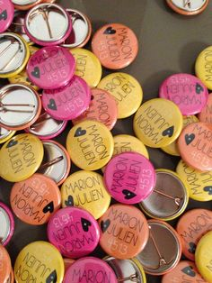 Save the date idea - badges with the names of bride and groom and then the date of the wedding. Wedding Favors, Diy Wedding, Wedding Gifts, Dream Wedding, Wedding Decorations, Wedding Day, Engagement Inspiration, Wedding Inspiration, Beauty And More