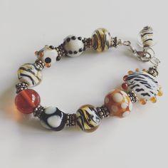 Tijgerbeadszo leuk om ze te maken.  Armband 2495 #glass #beads #jewelry #handmadejewelry #lampwork