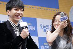 韓国・ソウル(Seoul)で行われた、映画『今日の恋愛』の制作発表会に臨む、俳優のイ・スンギ(Lee Seung-Gi、左)と女優のムン・チェウォン(Moon Chae-Won、2014年12月16日撮影)。(c)STARNEWS ▼19Dec2014AFP|韓国映画『今日の恋愛』、制作発表会にイ・スンギ登場 http://www.afpbb.com/articles/-/3034691 #문채원 #Moon_Chae_won #文彩元 #من_تشاي_وون #이승기 #Lee_Seung_gi #李昇基 #إي_سنغ_غي อี ซึง-กี