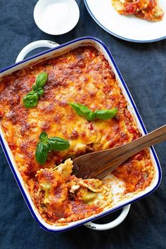 Die Ravioli-Lasagne ist extrakäsig, würzig und viel einfacher als normale Lasagne. Schnell, einfach und ein 10-Zutaten Rezept, so gut! - Kochkarussell.com #raviolilasagne #lasagne #abendessen #ravioli #rezept
