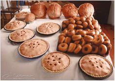Look at all these baked goods! Amish Country Ohio, Amish Family, Amish Recipes, Dutch Recipes, Bread Recipes, Amish House, Amish Town, Amish Village, Yummy Treats