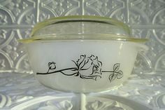 Vintage Pyrex rare rose pattern - wish I could find this Pyrex Vintage, Vintage Kitchenware, Vintage Dishes, Vintage Glassware, Vintage Bowls, Pyrex Rare, Plywood Furniture, Kitsch, Pyrex Display