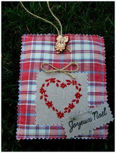 Joli coeur rouge sur lit de kelsch