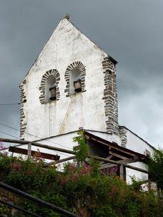 Espadaña de la iglesia de Cerredo.