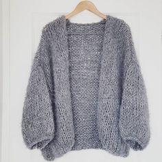 knitwear Grey is always a good idea ♡ Knit Cardigan Pattern, Chunky Cardigan, Knit Fashion, Style Fashion, Winter Sweaters, Knit Sweaters, Knitting Designs, Knitting Patterns, Cardigans For Women