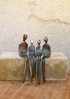 Familie von vier >> kleine Bronzeskulptur, Familienfoto. Jungen und Mädchen sind austauschbar. Von Yenny Cocq