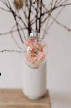 Lieferzeit 3-4 Tage Trockenblumen gibt es heuer nicht nur für die Vase, sondern auch für... Perfume Bottles, Shop, Beauty, Flowers, Hair Sprays, Decorating, Perfume Bottle, Beauty Illustration, Store