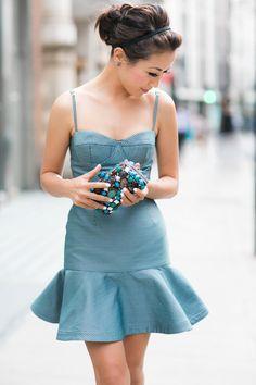 Корсетное платье с яркой многоцветной отделкой носят с однотонными вещами. К платью такого фасона подбирают клатч в тон либо маленькую сумку на цепочке или длинном тонком ремешке. Объемные сумки станут неудачным вариантом.