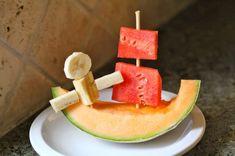 Fun food kids fruits obst Pirate ship snack melons melonen heathly gesund pirat schiff see meer sea ocean ozean seemann sailor banana banane Cute Snacks, Cute Food, Good Food, Yummy Food, Toddler Meals, Kids Meals, Fruits For Kids, Kids Fruit, Eat Fruit