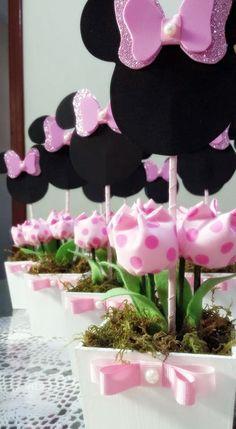 Cachepo em mdf pintado a mão com tulipas tecido e personagem em EVA.  Lindos enfeites para o centro de mesa.  Temos diversas cores de vaso e tulipas a sua escolha.  Frete via pac ou sedex com desconto.