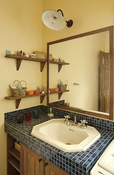 大きな鏡と縁高シンクorタイル