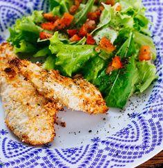 Frango com salada é tão bom que é praticamente um clássico. Essa versão de franguinho empanado no coco, então, vale a pena experimentar!