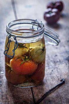Conserver ses légumes dans l'huile - une technique pratique et goûteuse pour quand l'été reviendra Chutney, Marinade Sauce, Bruschetta, Hummus, Pesto, Salsa, Mason Jars, Cooking, Tableware