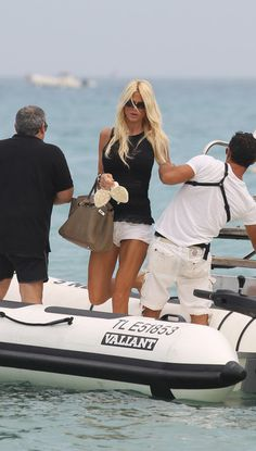 Victoria Silvstedt relaxes in Saintrop. | Saintrop.com ® Sexy Outfits, Casual Outfits, Victoria Silvstedt, Beach Blonde, Look At The Sky, Fashion Line, Beach Trip, Trendy Hairstyles, Dress Codes