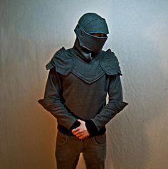 Sudadera con capucha que asemejan armadura de caballero. Para combatir el frío jaja