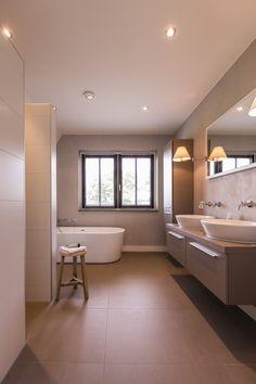 Landhuis met luxe badkamer, dubbele wastafel, losstaand bad en ruime douche