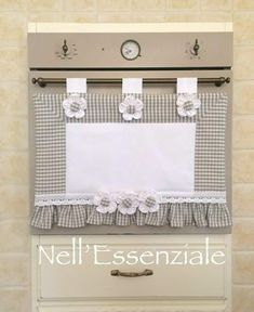 Copriforno Shabby Chic Grigio : Cucina e servizi da tavola di creativelife Shabby Chic Gray Horn Cover: Creativelife Kitchen and Tableware Kitchen and table servicesSet coordinated kitchen SEssen style horn cover Kitchen Sets, Kitchen Decor, Rideaux Shabby Chic, Fabric Squares, Diy And Crafts, Sewing Projects, Curtains, Pattern, Handmade