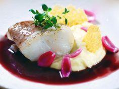 Torskrygg med västerbottensost, rödvin och syrad lök | Recept från Köket.se
