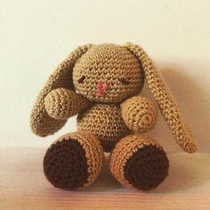 Thebebittos.blogspot.com  Como mi sobrinita nace en menos de 15 dias y ya le habia regalado de todo, empezamos hacer muñequitos dr ganchillo,  iremos poniendo diferentes modelos para le que elijais el que mas os gusta, este conejito mide alrededor de 15cm y cuesta 17€. Que os parece?? #ganchillo #crochet #muñequito #amigurumi #bebe #sobrinita #baby #niña #conejito #mama #embarazada #maternidad #regalos #canastillas