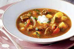 Rijk gevuld met aardappelen, runderlappen en tomaat - Recept - Hongaarse goulashsoep - Allerhande