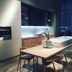 Une cuisine moderne en blanc laqué et bois clair
