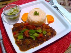 La Feijoada es un plato típico de Brasil que se remonta a la época de la esclavitud. Los amos, le daban a los esclavos las sobras de las carnes y ellos preparaban con la misma un estofado de frijoles negros.