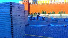 Грузчики на красой площади при строительстве сцены на красной пощаде в помощь MF group