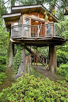 Like the wrap around balcony 12 Modern Tree House Designs Beautiful Tree Houses, Cool Tree Houses, Luxury Tree Houses, Modern Tree House, Tree House Designs, Cabin In The Woods, Little Houses, Dream Garden, Play Houses