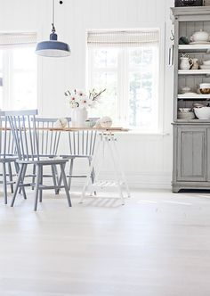 Bright and simple scandinavian dining room | Image via Anetteshus