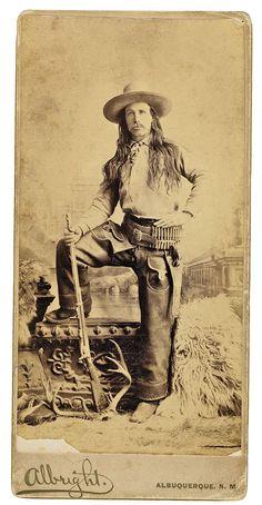 Longhaired Lawman Mientras trataba de cumplir una orden de arresto contra el ladrón de caballos Andy Cooper en Holbrook, territorio de Arizona, el comodoro del condado de Apache Perry Owens sufrió un tiroteo durante el cual mató a tres forajidos: Cooper, junto con sus hermanos Samuel Blevins y John Blevins. cuarto hermano de Blevins, John.