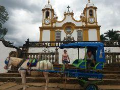 Um passeio de charrete pelas ruas de Tiradentes é uma boa pedida para quem está na cidade.  Na foto parada em frente a Matriz no centro histórico.  Esta é a segunda igreja mais rica do Brasil.  http://ift.tt/2j6t6A7  #dedmundoafora #mundoafora #viagem #travel #trip #tour #minasgerais #tiradentes #mtur #vivadeperto #blogueirosdeviagem #rbbviagem #travelbloggers #travelblog #blogdeviagem #blog #nofilter #tur #turismo #blogueirorbbv #instagood #instatravel #exploreminas #ig_minasgerais