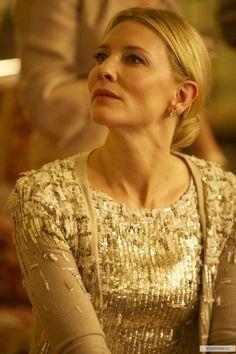 BLUE JASMINE (Blue Jasmin guion inedito de Woody Allen) . la actriz Cate Blanchett en un vestido de Karl Lagerfeld