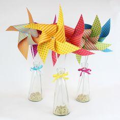 Sinellin värikkäistä kuviokartongeista saat helposti hauskoja hyrräkoristeita.