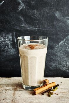 Love chai tea? You'll love this Vanilla Chai Spice Smoothie. It's literally the MOST delicious smoothie ever, you'll probably want to make it every single morning. Made with anti-inflammatory and naturally detoxifying ingredients, you can't go wrong with this smoothie that tastes like the perfect Christmas treat you can enjoy all year long. Easy Green Smoothie Recipes, Best Green Smoothie, Yummy Smoothies, Smoothie Drinks, Green Smoothies, Juice Recipes, Vegetable Benefits, Vanilla Chai, How To Make Smoothies
