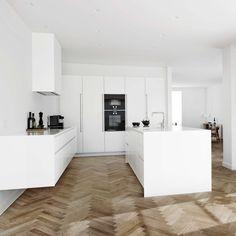 Form 6 + 7 // White kitchen by Multiform
